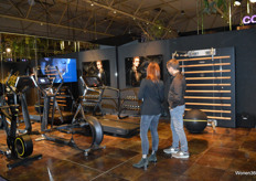 De sfeervol ingerichte stand van VSB-Technogym; Italiaans merk gespecialiseerd op het gebied van professionele fitnessapparaten. In de 'mirror-wall' wordt een tv gepresenteerd van Oled Mirror TV, deze is gentegreerd in de fitness muur.